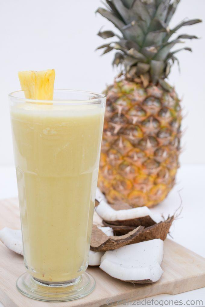 Piña colada: 1 parte de ron, 2 partes de leche de coco y 4 partes de zumo de piña natural. hielo picado y azúcar al gusto