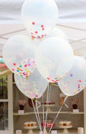 Durchsichtige Ballons und buntes Konfetti und fertig ist die Kinderparty Deko.