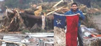 saliendo de las ruinas despues del terremoto del 27/ 2/2010 Chile