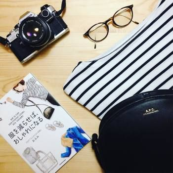 ほぼ日手帳に描いた絵日記のブログが人気のブロガー「おふみ」さんの著書。「イマイチな服をなくしたら、人から褒められるようになった。」をテーマに、「似合う・着心地いい」定番服を決めてセンスアップする方法を紹介します。イラストが多いのでイメージしやすく普段の生活に取り入れやすいアイデアがたくさんつまっていますよ。 ・服選びに悩んでいる人 ・クローゼットが片付かない人 ・服が多くて、困っている人 ・いろいろ服を持っているのに、おしゃれだと言われない人 ・自分に何が似合うのかわからない人 におすすめの本です。