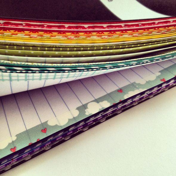 DU masking tape sur les tranches des pages d'un cahier : simple et joli ! Pas mal pour un cahier de recettes, par exemple...