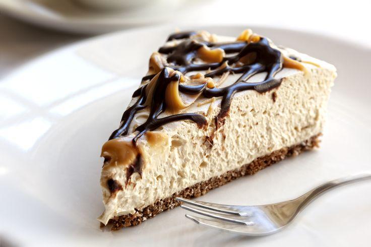 Învaţă să prepari o prăjitură plină de brânză, cu aromă de cremă de caramel şi ganache de ciocolată care te va face să uiţi de griji şi nevoi.