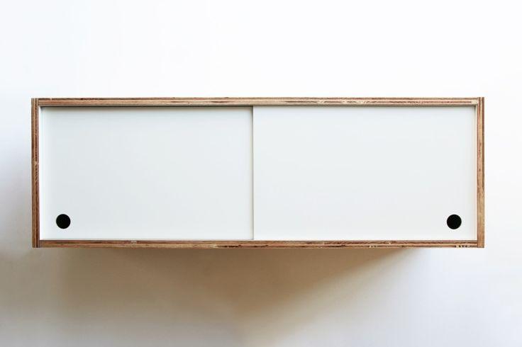 ラーチ合板を使った吊り戸棚です。ちゃんと扉がついて中を隠しつつも、見せる収納としてキッチンで大活躍します。