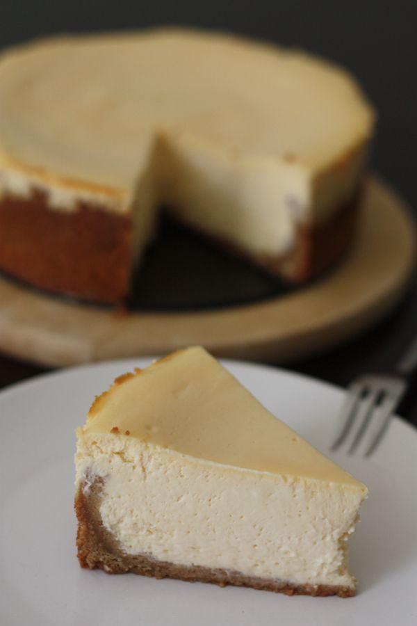 """Dans la collection Cheesecakes à la mode américaine, voici la version """"NYC"""", fortement inspirée de la recette de Keda Black dans son petit livre """"Cheesecakes"""", et retrouvée chez Sophie ici :-) Je voulais obtenir un cheesecake très lisse et crémeux, moins compact que celu"""