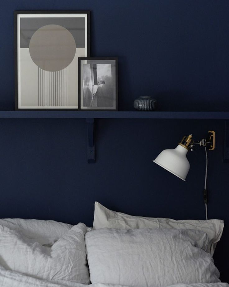 Just nu avundas vi det här mörkblå sovrummet hemma hos stylisten Jenny Martinsson, @hemtrender. Vi gillar den fina effekten av att måla hyllan i samma kulör som väggen. Jenny har målat med Alcro i NCS S7020-R80B.⠀ ⠀ #alcro #alcrotrend #inredning #inredningsinspo #interiör #sovrum #design #måla #inspiration #blå #kulörval