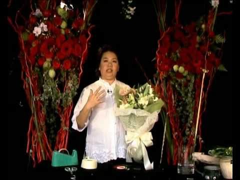 Floral arrangement trainer Eunice Teoh from Amtrol Floral Designing gives a few simple tips on floral arrangement.  In this episode, she is demonstrating hand bouquet with white roses, yellow peacock, anthorium and casablanca.
