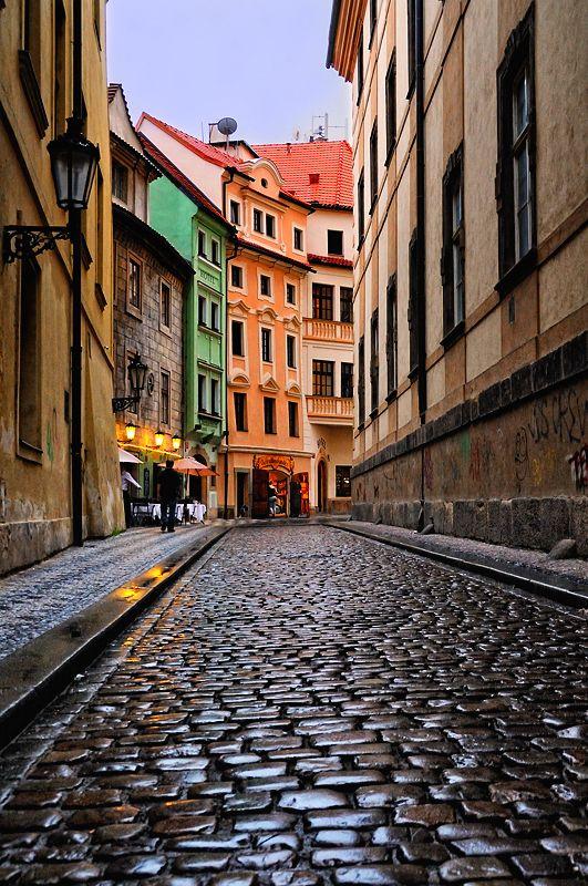 Vieille rue à Prague, pleine de poésie