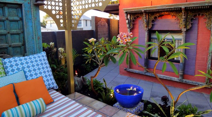 Colorful #daybed in Moroccan inspired garden #ColorfulGarden