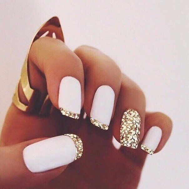 French tip with gold sparkles, white base, same gold sparkles as the accent nail. Gel or acrylic. nail ideas. Fall nail ideaa