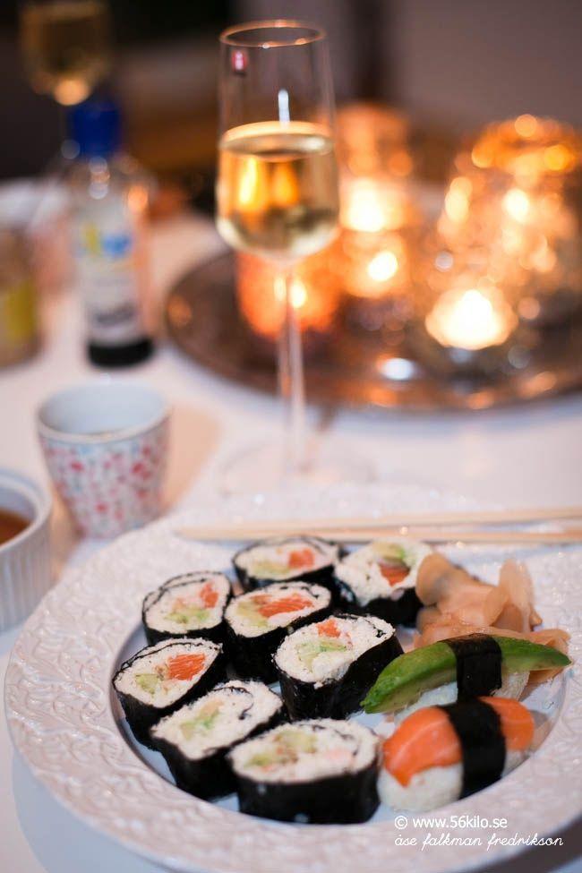 """Ni vet att jag är GALEN i Sushi! Älskar, älskar, älskar det!! Nackdelen är givetvis det vita riset! I min värld så fungerar det ibland, jag äter det ca 2 gånger i månaden men i går var jag sugen på att prova göra det på blomkålsris i stället och det gick alldeles utmärkt! Jag köpte ett startkit (Blue Dragon) på Ica Maxi och satte igång! Först gjorde jag sushi """"riset"""" (Till tre rullar maki) 1 blomkålshuvud 50 gram philadelphiaost 2 msk risvinäger lite salt Finriv blomkålen i matberedare, koka…"""