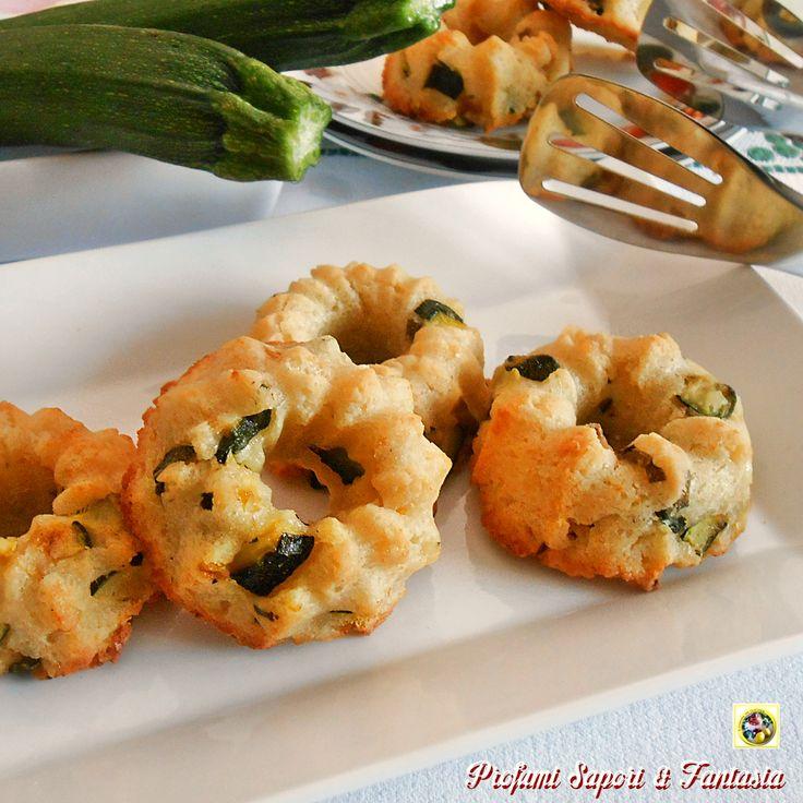 Le ciambelline salate con ricotta e zucchine sono perfette per finger food, oppure nel vassoio degli antipasti per accompagnare aperitivi e tanto altro