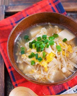 お鍋でえのきだけを蒸し焼きにして あとは煮汁と豆腐を加えて3分ほど煮 最後に、溶き卵を回し入れたら出来上がり♪ ポイントは、えのきだけの蒸し焼き。 こうすることで、旨味が凝縮され えのきだけ独特のとろみがでるので 水溶き片栗粉なしでも トロトロのスープが完成しますよ〜。