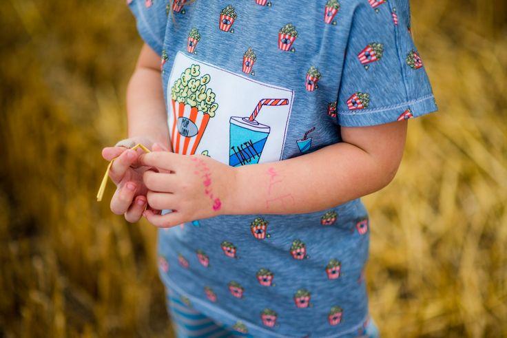 """Jetzt hat Sophia sogar einen Strohhalm auf dem Shirt, neben der prallvollen Popcorn tüte. Alex Bäuchlein schmückt hingegen eine Filmklappe: """"My Life""""! Damit sind die Beiden mit den Shirts aus dem brandneuen Design """"Little Things in Life"""" von Cherry Picking bestens ausgestattet und haben mal wieder ein Geschwisteroutfit! Schnittmuster der Shirts: Eazzy Shirt von Sara & Julez, Hose Sophia: Three Pieces aus Ottobre 4/2015, Hose Alex: Freebook Babyhose RAS von Nähfrosch. nähen für kinder"""