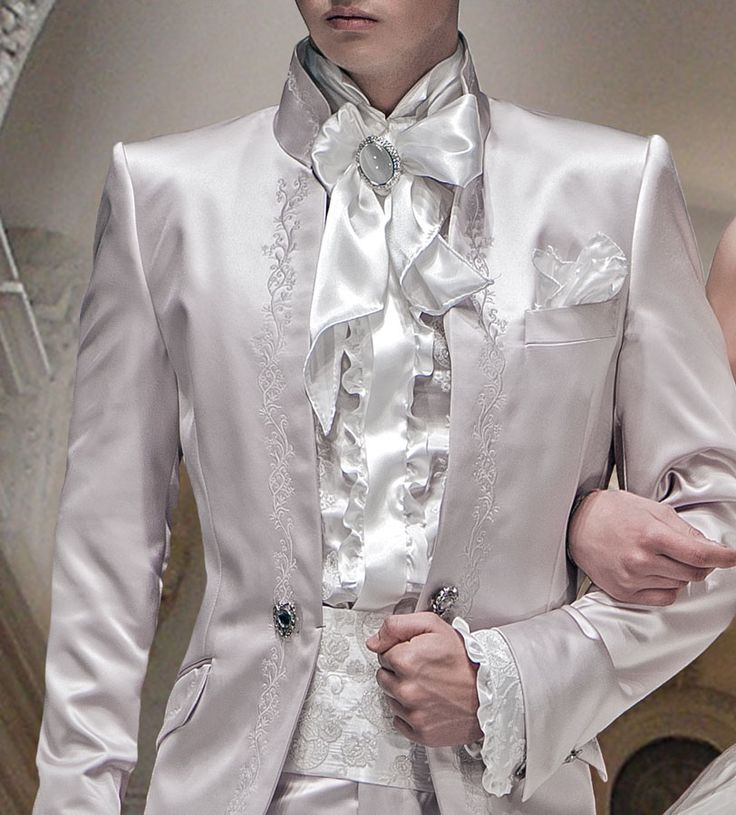 Kummerbund und Hemd mit Beethoven Kragen, weiß, aus Taft mit perlmuttfarbener Stickerei, Foulard mit Einstecktuch farblich abgestimmt.