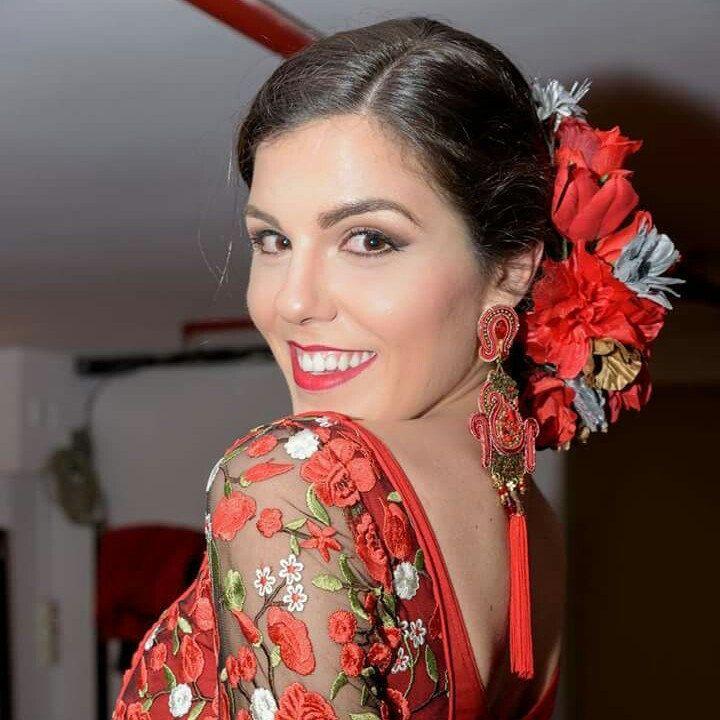 Fotografía de Manuel Galindo, donde posa la guapísima Mis Sevilla Cynthia Ruz, con nuestros pendientes, en el desfile benéfico de la prestigiosa diseñadora Rocio Trastallino