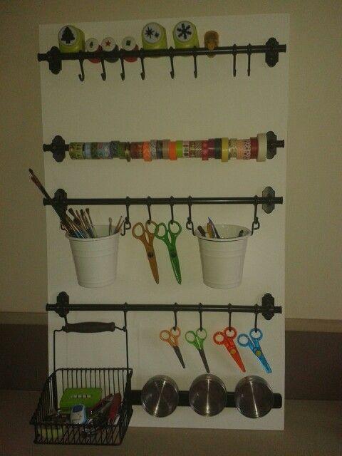 Organiseur de bureau Panneau MDF (médium) peint en blanc Accessoires Ikea, collection Fintorp (barres, crochets, pots, panier, barre aimantée + boîtes)