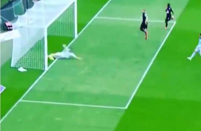 Αυτός ο ποδοσφαιριστής έχει πολύ καλές αμυντικές ικανότητες , βρίσκεται τρεις φ�...