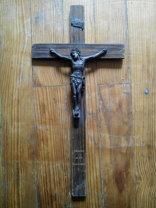 Veel van de 15 oude religieuze boeken  Virgin onder kader 1830 grootte 127 x 207 x 17 cm.Jezus en zijn schapen onder zwart leer en fluweel frame 15 x 188 cm.Gouden Jezus op rood fluweel frame 9.5 x 12.2 x 17 cm.Gouden Kruis van Jezus ovaal hout en de stekker uit de tijd 13 x 22 cm.Jezus Cross 10.4 x 202 cm.Jezus Cross 165 x 30 cm.Jezus Cross 162 x 30 cm.Jezus Cross 172 x 35 cm.Fatima 16.5 cm.Wijwater stoup notre dame du sacré coeur (onze dame van het heilig hart) 8.2 x 15 cm.Wit marmeren…