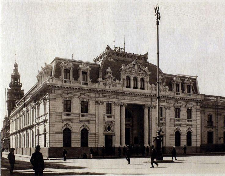 Edificio de Correos de Chile, ubicado en Plaza de Armas, en el año 1919. Foto de Hume & Walker. @santiagoadicto pic.twitter.com/NA2gk8fMU3