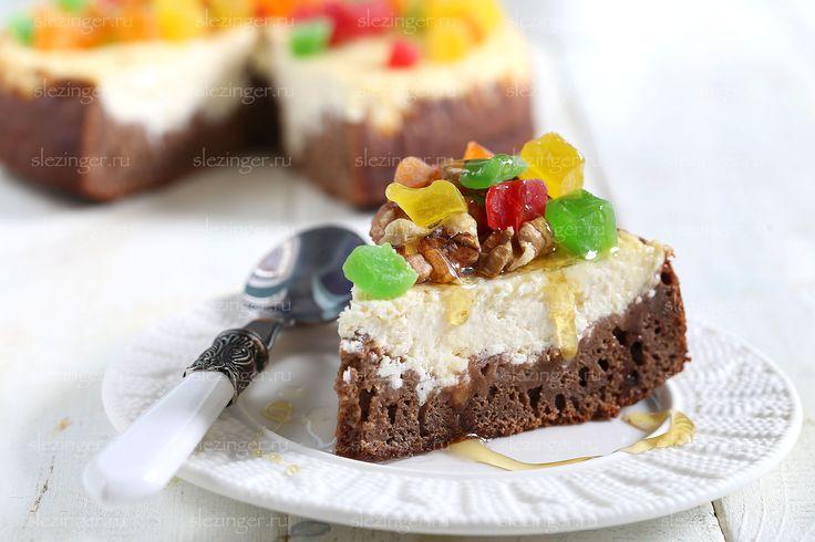 Рецепт, который объединяет в себе сразу два любимых десерта: полезный брауни и полезный чизкейк. Очень вкусно получается. Украсить можно по своему желанию: шоколадом, орехами, сухофруктами или полить