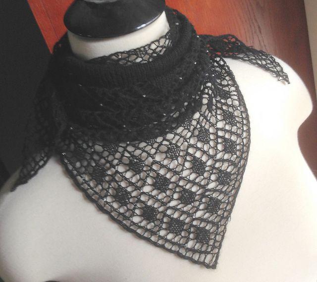 ダイヤモンドレースパターンとメリヤス編みを用いた、裾から編むショール。100個並ぶダイヤモンドにはビーズをあしらい、キラキラ美しい輝きをプラスしました。モヘアとレース、ビーズがあいまった、美しいショールです。