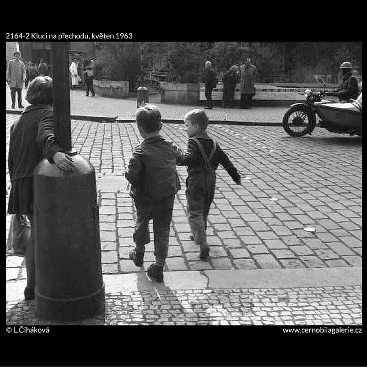 Kluci na přechodu (2164-2) • Praha, květen 1963 • | černobílá fotografie, Na Perštýně, děti, doprava, ruch, přechod, dlažba |•|black and white photograph, Prague|