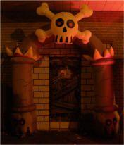 Porte d'entrée pour porte de garage. Bricolages / décorations d'halloween à fabriquer soi-même (DIY) expliquées étapes par étapes avec photos. Tous les détails de la réalisation sur : http://www.maisonhanteesecretqueen.com #halloween #maison #hantee #projet #decoration #decor #porte #garage