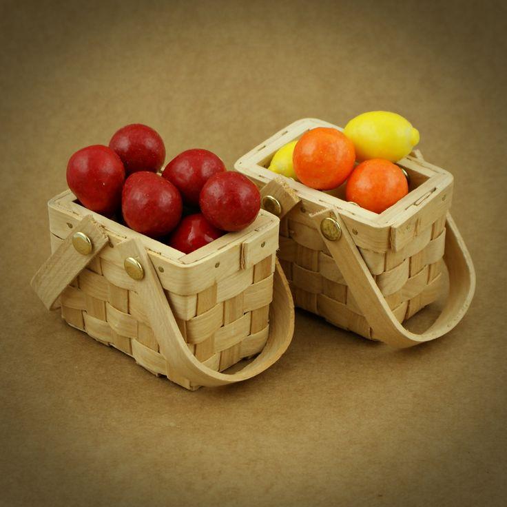 CESTOS DE PICNIC COM TAMPA MINIATURA | Utilize estes cestos como embalagem para doces, amêndoas, ovos da Páscoa, flores... E surpreenda os seus convidados com uma lembrança original. Em alternativa use os cestinhos como marcador de lugar | PODE PERSONALIZAR OS CESTOS DE ACORDO COM A TEMÁTICA DO CASAMENTO. IDEAL PARA CASAMENTOS NA NATUREZA, FESTAS DE CRIANÇAS E PARA A ÉPOCA DA PÁSCOA | Imagem ilustrativa. Gomas não incluídas | Medidas: 7,6 cm de comprimento x 5 cm de largura x 7 cm de altura.