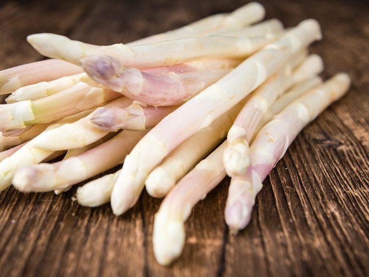 Zur Spargelsaison würden wir am liebsten jeden Tag von dem leckeren Gemüse essen. Damit der Spargel aber auch schmeckt, muss er richtig zubereitet werden. Wie man Spargel richtig kocht, zeigen wir Ihnen in unserem Video