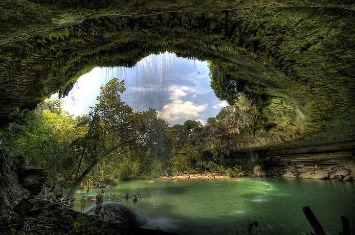 Бассейн Гамильтона когда-то был скрыт под плотным каменнным куполом, но природа решила немного изменить его внешний вид, в результате чего сегодня в штате Техас находится такой удивительный водоём.