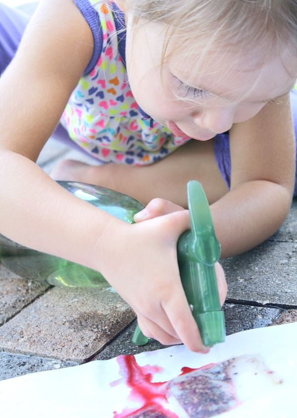 Painting with Tea Bags~Explore the senses, practice fine motor skills, and create art with this fun activity for toddlers and preschoolers.