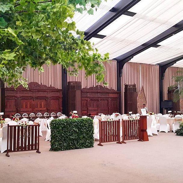 Rangkaian dekorasi pernikahan Bayu & Zaneta  #bayuzaneta @zanetageorgina Venue : #dharmawangsahotel  Tema : Tradisional Jawa Pelaminan : Rumah Joglo Tone Bunga : Merah - Hijau  #weddingdecoration #dharmawangsahotel #javanese #rumahjoglo #pelaminanjawa #gebyok #pernikahanjawa #verticalgarden #centerpiece #freshflower #flowerarrangement #azkaanggunart #tematikdekor #rajagebyok #thebridedept #thebridebestfriend #pranatacara