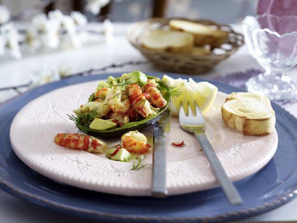 Unser beliebtes Rezept für Gefüllte Avocado mit Flusskrebs-Chili-Salat und mehr als 55.000 weitere kostenlose Rezepte auf LECKER.de.