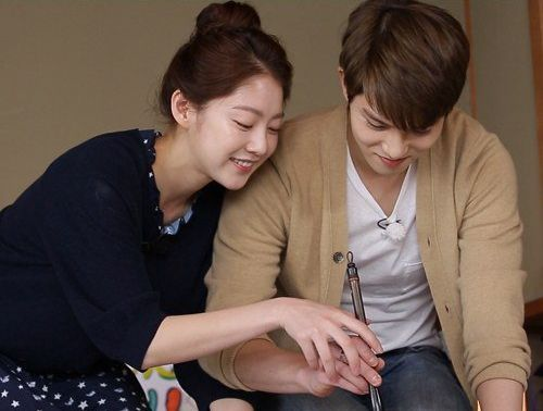 "Song Seung Yeon Writes a Romantic Calligraphy note for Lee Jong Hyun on ""We Got Married"""