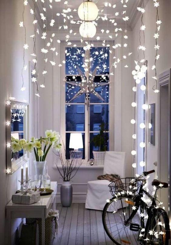 Illuminer l'entrée avec des guirlandes pour la décoration de Noël  http://www.homelisty.com/deco-noel-pas-cher/