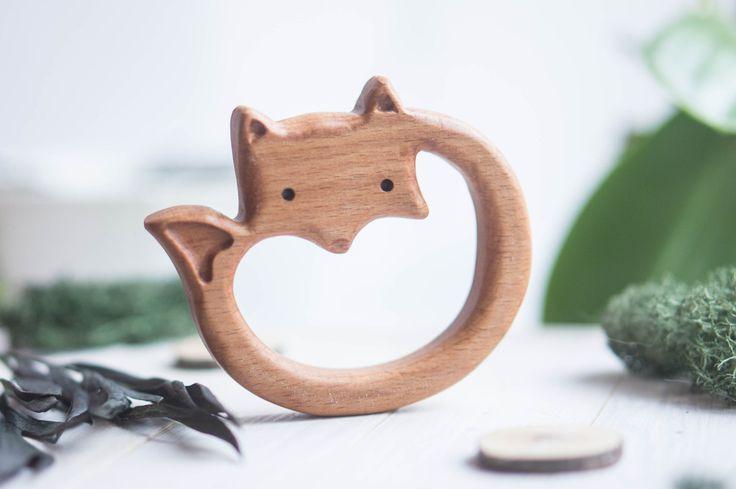 Een houten Bijtring (fox, herten of eekhoorn) gemaakt van beuken en bedekt met lijnolie is de ideale eerste speelgoed voor babys te grijpen en kauwen. Perfect glad geschuurd. Een uniek cadeau voor nieuwe ouders en hun nieuwe kleintjes. De prijs wordt gegeven voor een bijtring.  MATERIAAL: beuken GROOTTE: 9 cm х 7 cm х 1,5 cm  100% handgemaakt.  LEEFTIJD: 0 + JAAR  Dank u voor uw bezoek! Zie andere natuurlijke houten speelgoed-https://www.etsy.com/shop/tinyfoxhole  Ons spe...