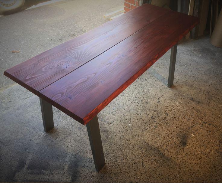Smukt plankebord i lækker og stilet vin-rød nuance. Bestil dit eget håndlavede bord på depino.dk