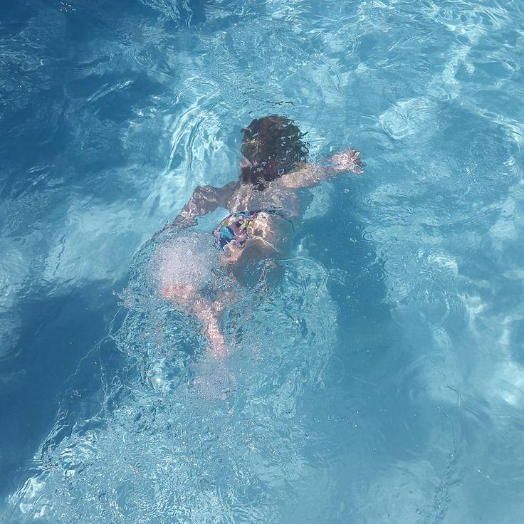 Aprendiendo a nadar. Disfrutando del verano y sus actividades al aire libre. Tiempo de piscina