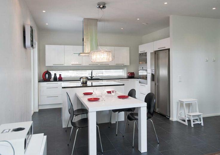 Tämä moderni keittiön ja ruokailutilan yhdistelmä
