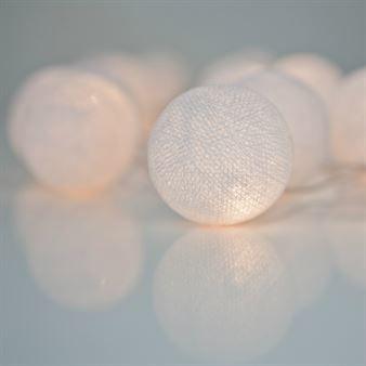 Den vackra Pure White ljusslinga kommer från det svenska varumärket Irislights. Slingan kommer med handgjorda bollar i bomull och polyestertråd och ger ifrån sig ett mysigt sken när den är tänd. Häng ljusslingan i ett fönster eller varför inte lägga den som en kul detalj på det dukade bordet