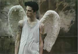 Resultado de imagem para meninos com tattoos de asas nas costas]