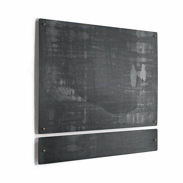Magnetwand aus Rohstahl: beeindruckt durch das auf die Veränderungen von Temperatur, Feuchtigkeit und Licht reagierende Farbenspiel der Oberfläche.