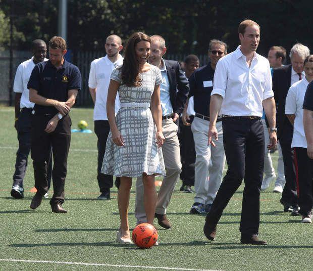 Pas très rassuré, le couple royal s'apprête à faire une partie de football (juillet 201)