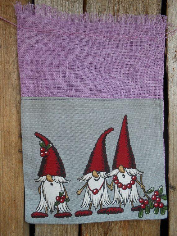 Suédoise Noël cadeau sac Noël Wrap scandinaves Santa Sack Noël cadeau sac Gnome Elf Tome Nisse Noël ornement linge ♥ scandinaves cadeau de Noël sac de jute avec cordon de serrage ♥ décorer avec belles Gnomes.  Ces sac est idéal pour lemballage de cadeaux de Noël.  Sac taille 20cm(8) X 24 cm (9,5 cm).  Eco Friendly cadeaux. Sac à cadeau cordon lin réutilisable. Un sac-cadeau pour toute occasion !  Sacs-cadeaux en tissu font rubans rapide et simple. Il est très bien construit et peut être…
