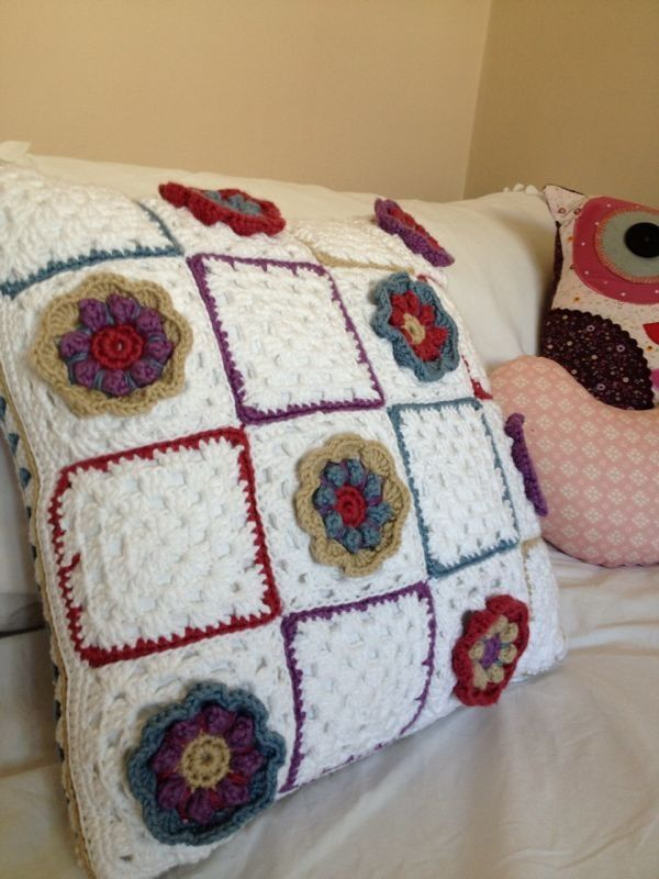 Granny Square in Bloom cushion ~ free pattern