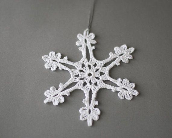 Ensemble de flocons de neige de 5 différents arbre de Noël ornements en crochet blanc.  Décorations de Noël fait à la main fabriquées avec du fil de coton de haute qualité dans un environnement sans fumée et sans animaux.  Les flocons de neige sont différentes et mesure de 4.5 à 5.5   Amidonné pour les garder en forme. Prêt à expédier. Ils viennent dans une boîte robuste à éviter des dommages.  Pour d'autres Articles de bonneterie, s'il vous plaît visitez ma boutique…