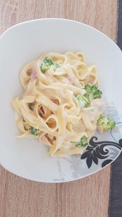 Bandnudeln mit Brokkoli in einer Käsesahnesoße   – Rezepte