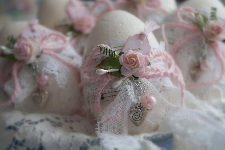 Eier mit zarter Spitze, künstlichen Blümchen und Perlen dekorieren