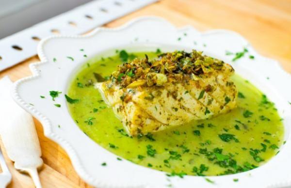 Cómo preparar salsa verde. Usada mayoritariamente en recetas de pescados y mariscos, la salsa verde es un acompañamiento sencillo y económico que aportará un toque único a tus platos. Además, resulta muy sencillo hacer salsa ve...