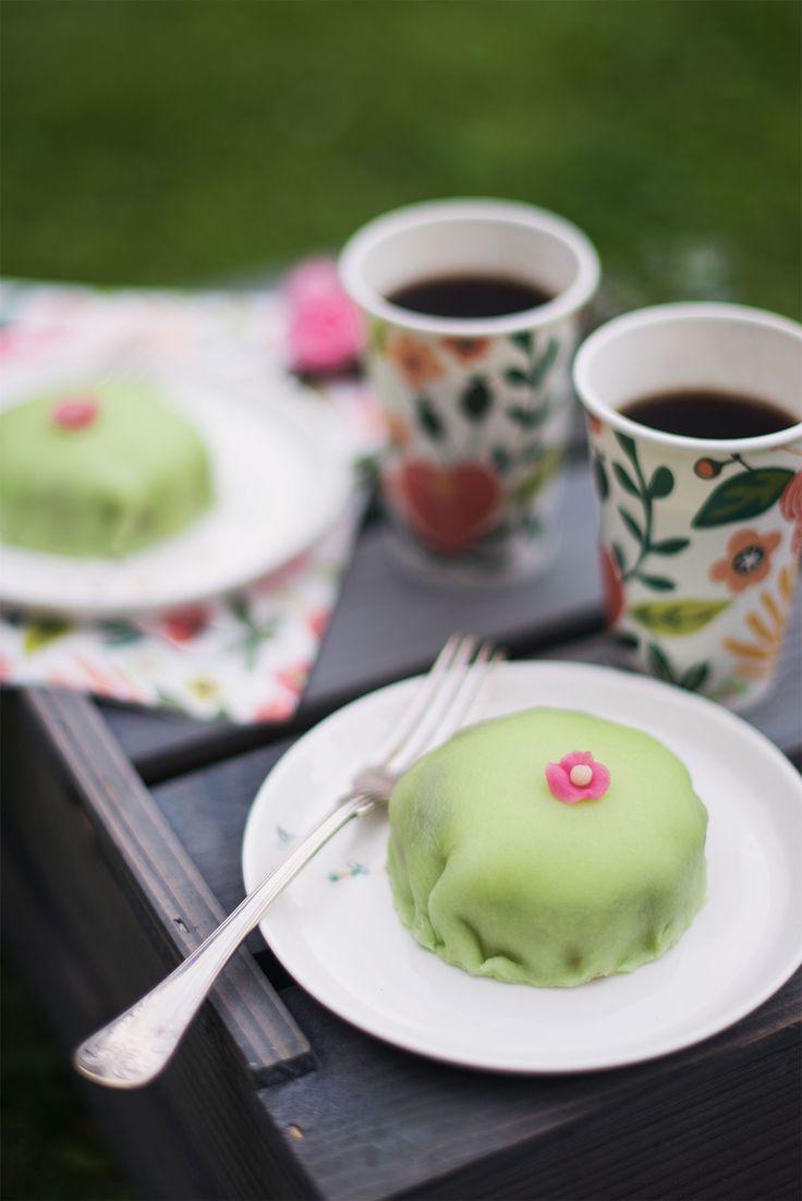Svensk prinsesstårta er en klassisk svensk konditorkage. Den er ikke så svær at bage selv. I den her opskrift kan du se, hvordan du bager prinsesstårta.